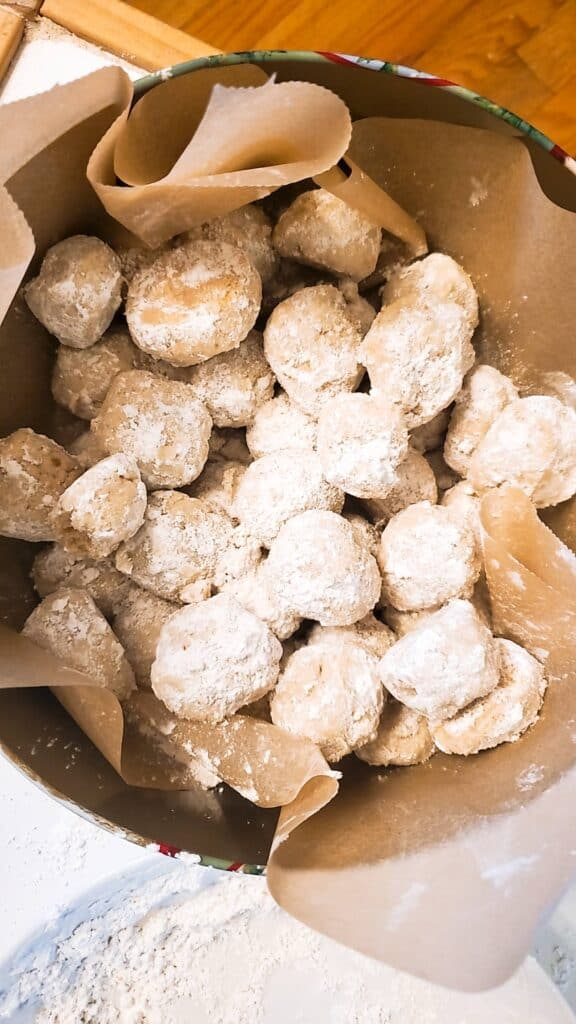 Our gluten-free snowball cookies kept well in the cookie tin for almost three weeks :-).